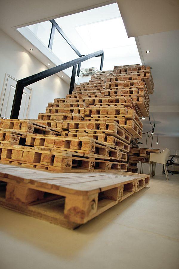 Meuble en palette 35 id es folles de la banquette l - Fabriquer un meuble sous escalier ...
