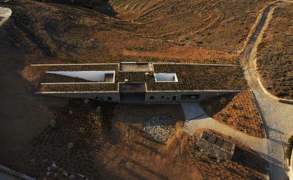 Grèce: la maison camouflée par Deca Architecture