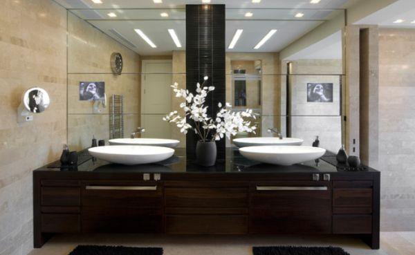 Salle de bain avec deux vasques et deux miroirs