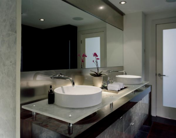 Salle de bain avec deux vasques et un miroir