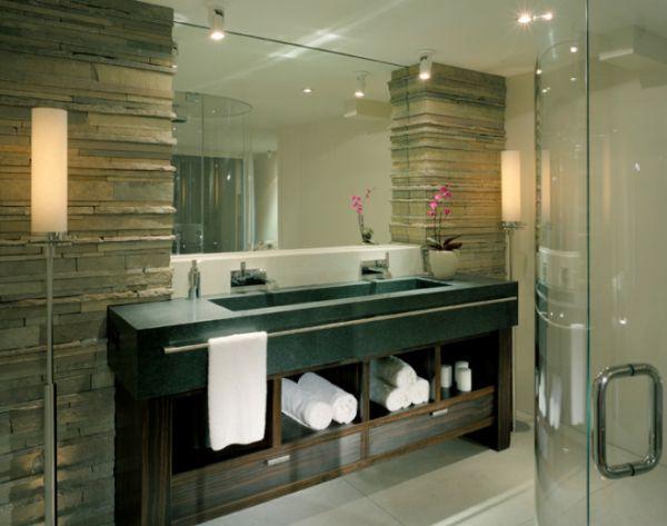 Salle de bain avec grand vasque et miroir