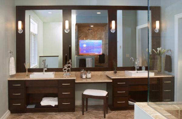 Salle de bain avec 2 vasques et 3 miroirs