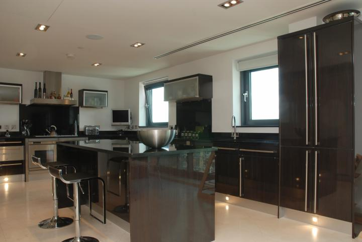 Un grand appartement luxueux canary wharf londres for Appartement design londres
