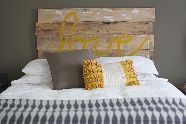 Tête de lit en palette avec un imprimé Love jaune