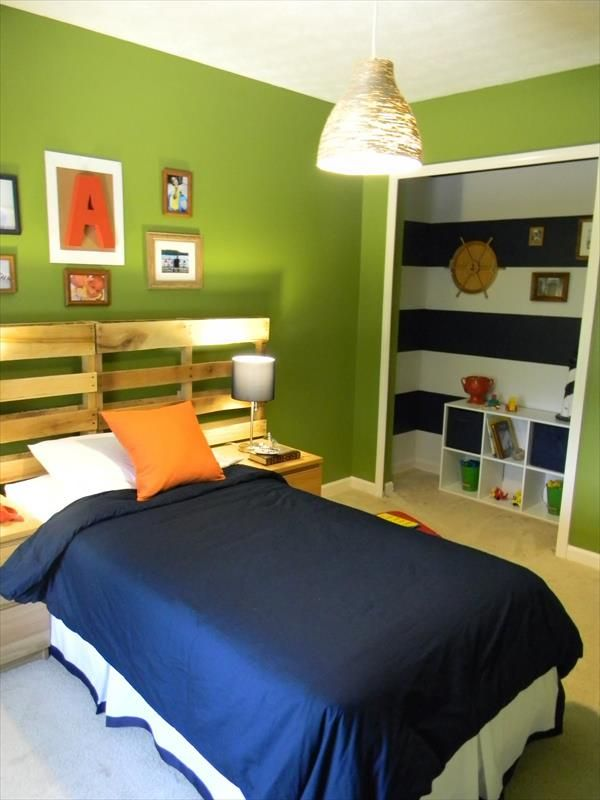 Tête de lit avec palette dans une chambre colorée
