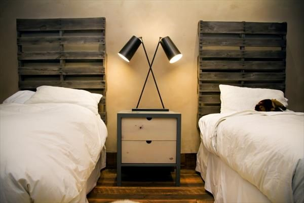 10 id es originales pour faire une t te de lit en palette moderne house. Black Bedroom Furniture Sets. Home Design Ideas