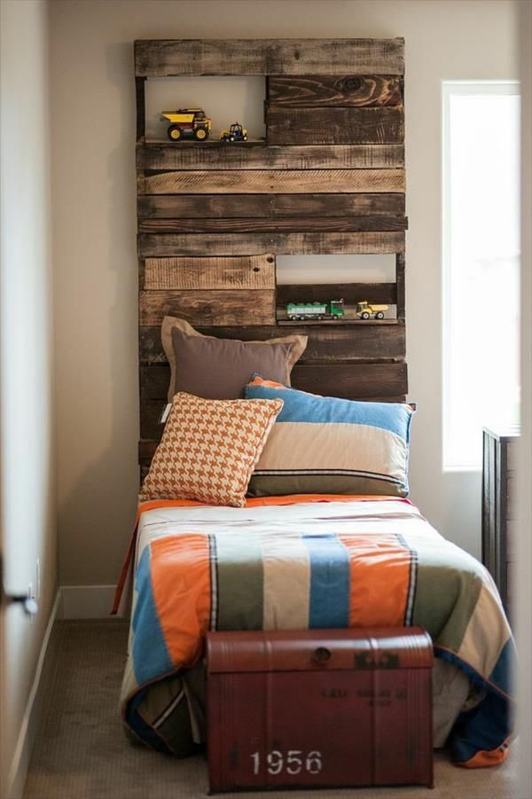 Tête de lit en palette sur un lit enfant avec étagères