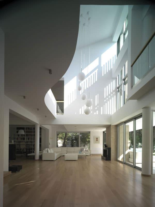 Gr ce une maison contemporaine blanche ekali moderne - La maison ah au bresil par le studio guilherme torres ...