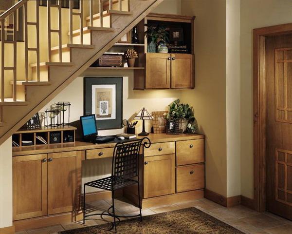 Aménagement d'un bureau rustique sous un escalier