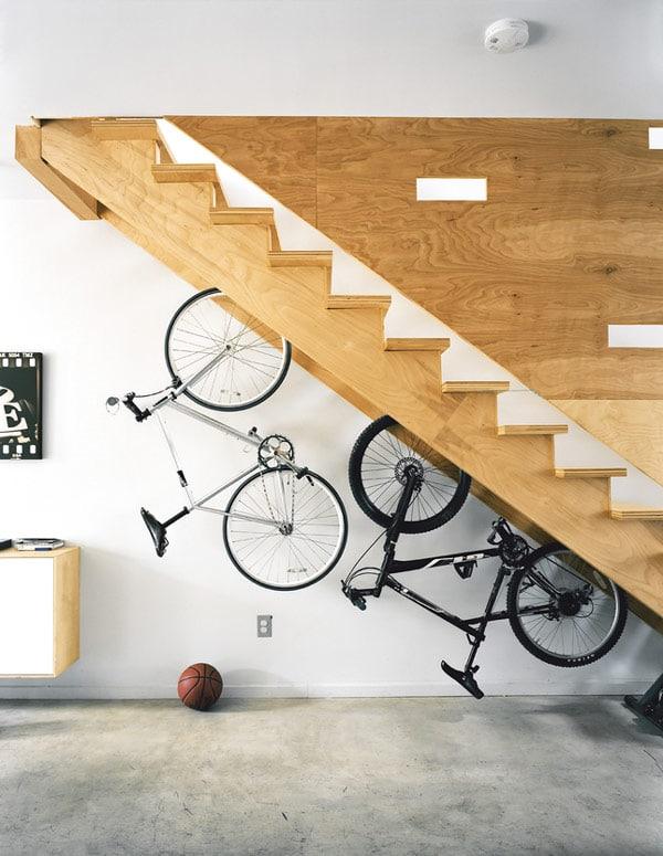 Utilisation de l'espace de rangement sous l'escalier comme porte-velo