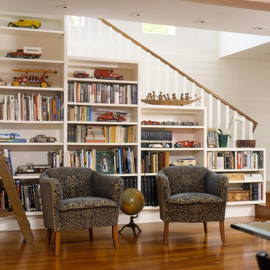 Aménager sous son escalier avec une bibliothèque