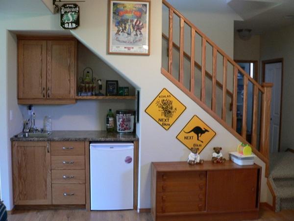 Cuisine en bois aménagée sous un escalier
