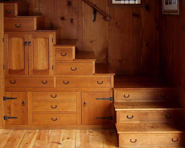 Idée de tiroirs sous une escalier en bois