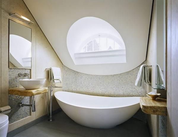 15 id es design pour petite salle de bains for Baignoire ilot ceramique