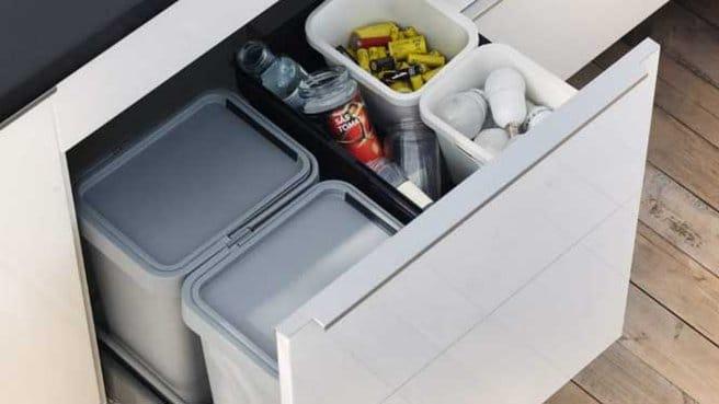 Poubelles de recyclage dans la cuisine