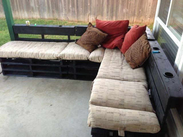 Canapé de jardin avec des palettes et intégrant des cendriers