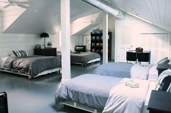 chambre avec plusieurs lits en palette