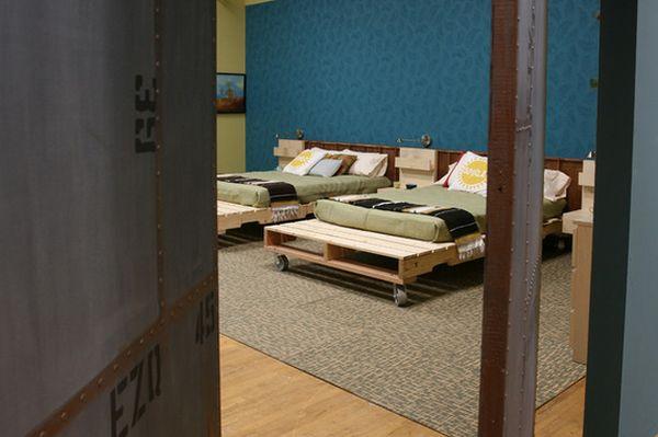 Chambre d'enfant avec des lits en bois de palette