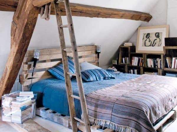 lit en palette dans une chambre au style chaleureux