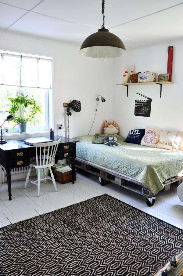 Ambiance industrielle avec un lit en palette sur roulettes