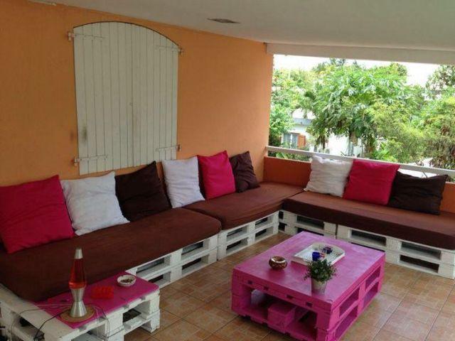 Canapé en palette pour terrasse couverte. Ambiance salon