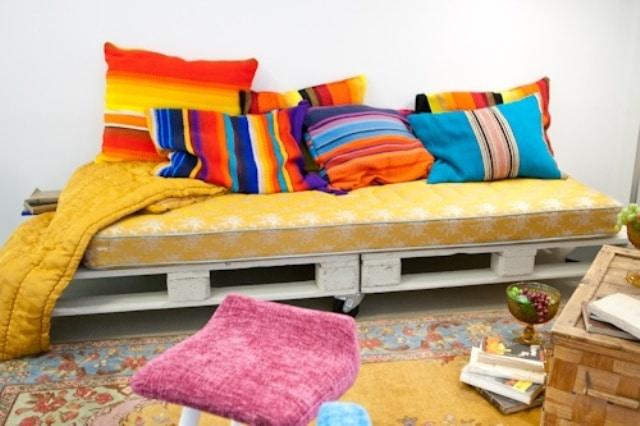 Sofa coloré fabriqué avec des palettes et des roues