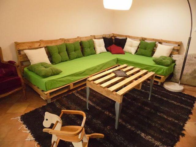 Canapé pour salon moderne avec des coussins et assises verts