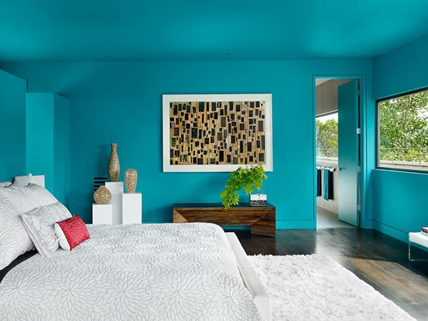 chambre avec murs et plafond turquoise