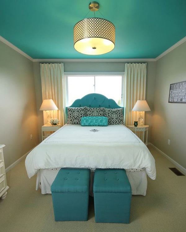 chambre avec plafond peint en couleur turquoise