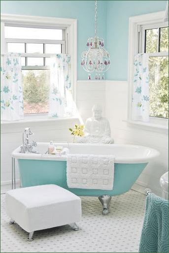salle de bains avec verri re d 39 int rieur carreaux de ciment et papier peint design sans. Black Bedroom Furniture Sets. Home Design Ideas