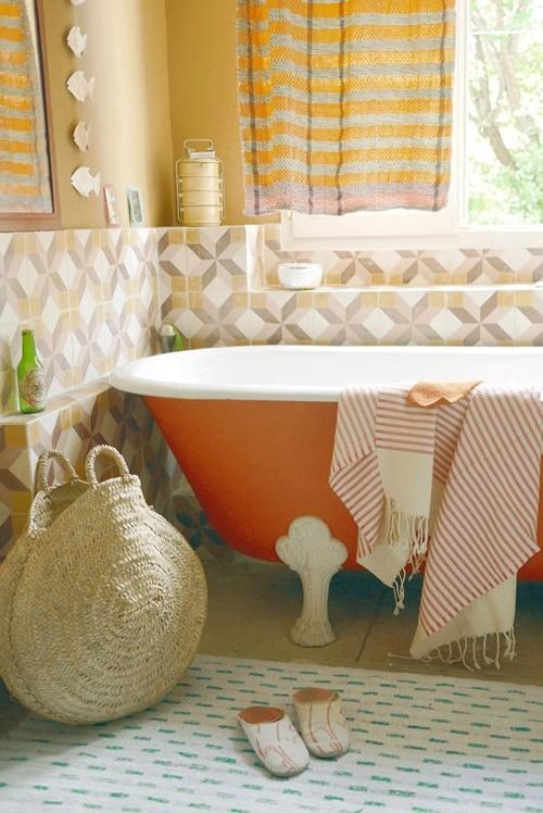 salle de bains avec baignoire orange
