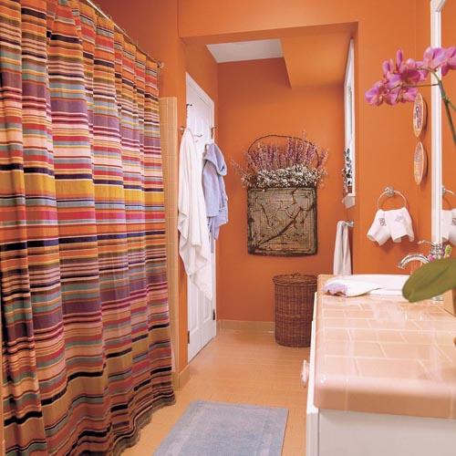 salle de bain orange avec des rideaux arcs-en-ciel
