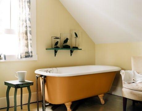 salle de bains aux couleurs claires avec une baignoire orange
