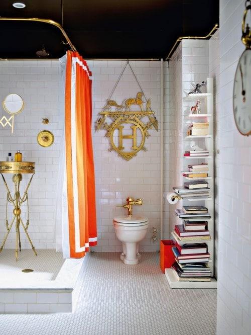 salle de bains au style classiques avec des rideaux orange