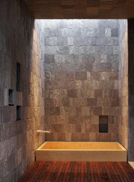 Salle de bains en pierre 35 mod les en marbre granit - Salle de bain avec mur en pierre ...