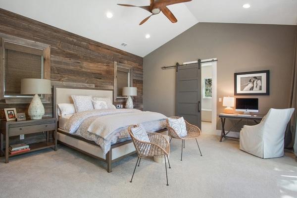 chambre moderne gris et blanc avec une mur en palettes