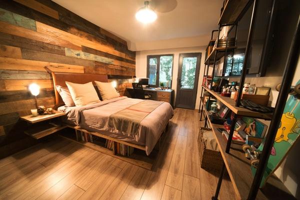 chambre avec plancher, lit, étagères et murs en bois