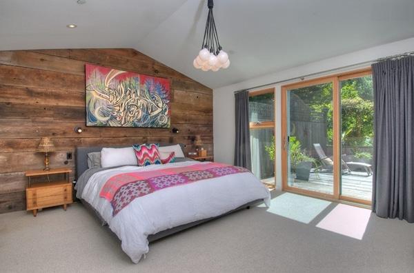 chambre avec tableaux et murs en bois