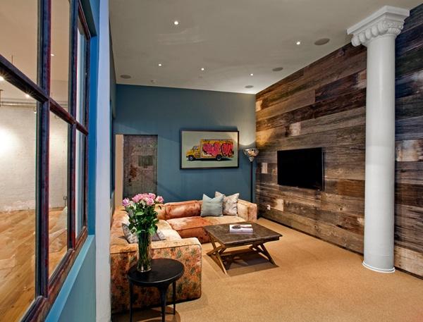 salon avec mur bleu et bois de palettes