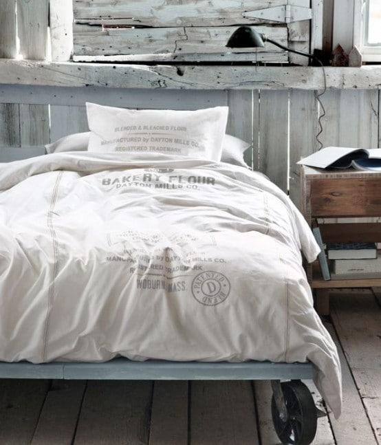 lit sur roulettes aménagé dans une chambre industrielle