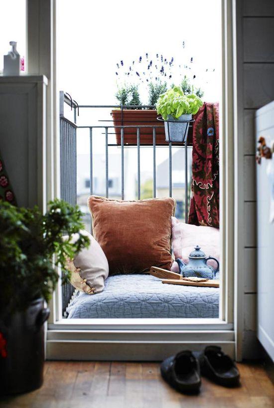 petits balcons avec matelas et oreillers