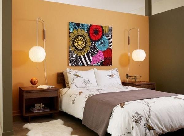 chambre orange avec art mural