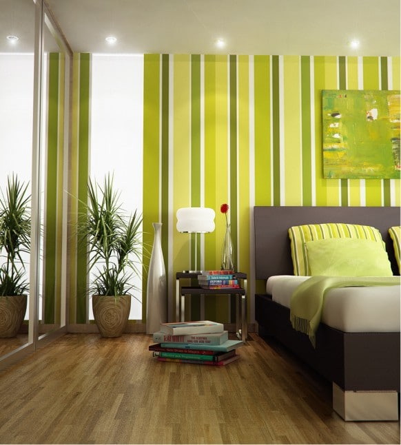 chambre avec murs rayés en vert et linge de lit vert