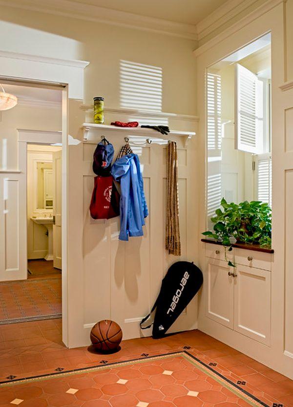 simple aménagement d'entrée avec portemanteau et étagères