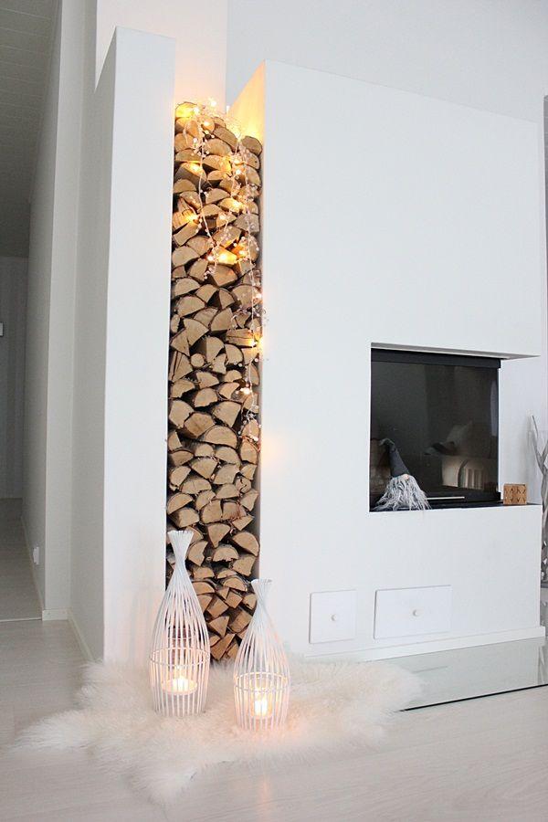 l'espace de rangement du bois entre deux murs blancs à côté cheminée