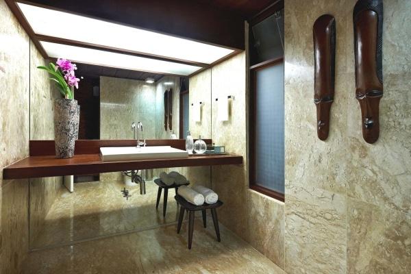salle de bains avec plan de travail en bois et matériaux marbre