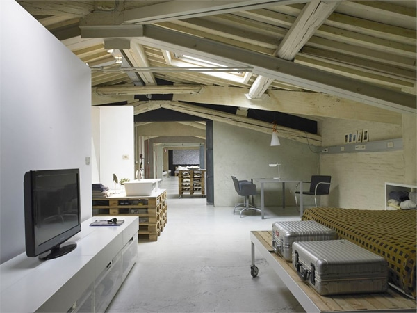 italie un loft moderne avec une d co en palettes. Black Bedroom Furniture Sets. Home Design Ideas