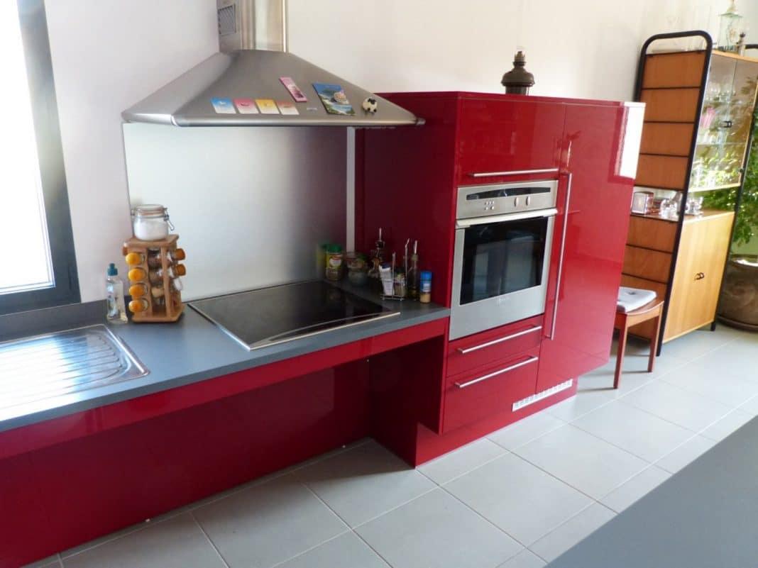 Tapis Chambre Bebe Tunisie : Cuisine rouge bordeaux 16 modèles pour vous inspirer  Moderne House