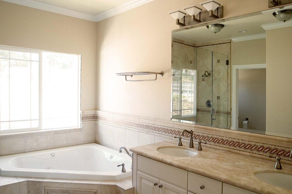 Salle de bain taupe 35 id es d 39 am nagement avec un for Carrelage salle de bain couleur taupe