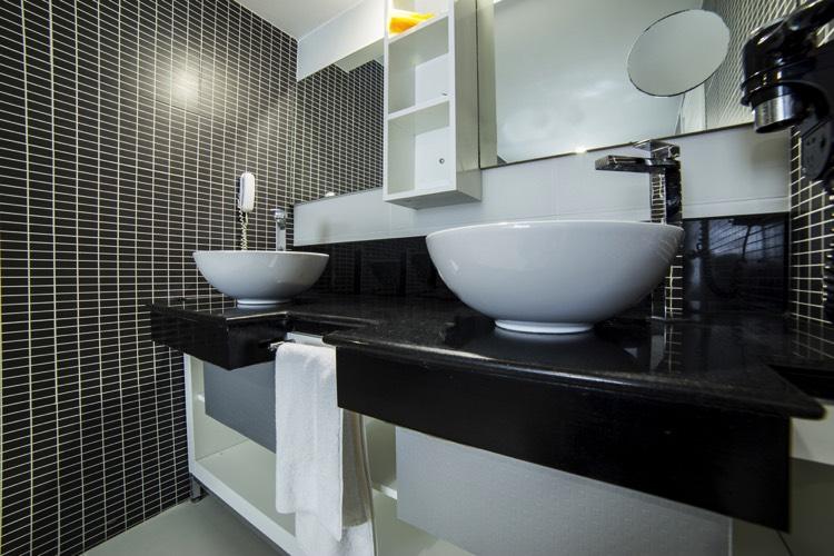 Salle de bain noire : 53 idées déco originales à couper le souffle !
